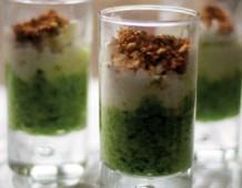 Bicchierini mousse di broccolo,straccetti di mozzarella e briciole alle mandorle
