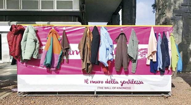 I muri della gentilezza per donare vestiti a Bologna