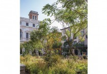 Tavoli e piante in Piazza Vecchia come simbolo di rinascita