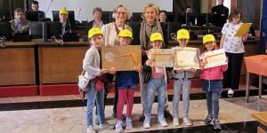 L'Assessore all'istruzione Loredana Poli premia le classi seconde della scuola primaria Cavezzali.